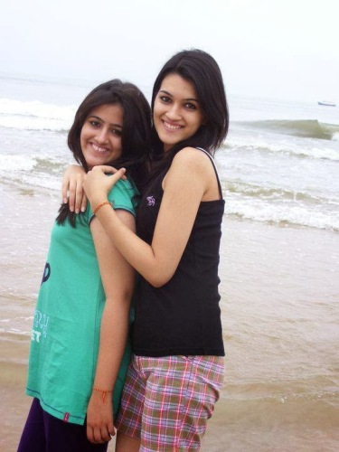 Kriti Sanon with her sister rare photo without make up.