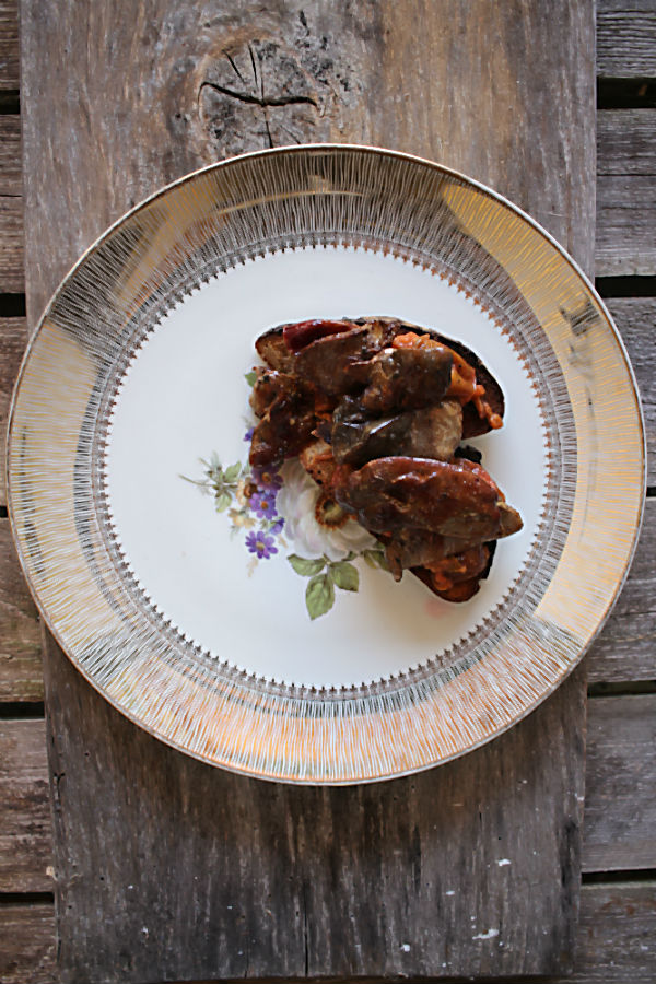 Luxusstulle! Selbst geräucherte, gebratene Entenleber mit Zwetschgenkompott auf geröstetem Brot und die dazu perfekte Weinbegleitung: Roter Traminer | Arthurs Tochter – Der Blog für Food, Wine, Travel & Love