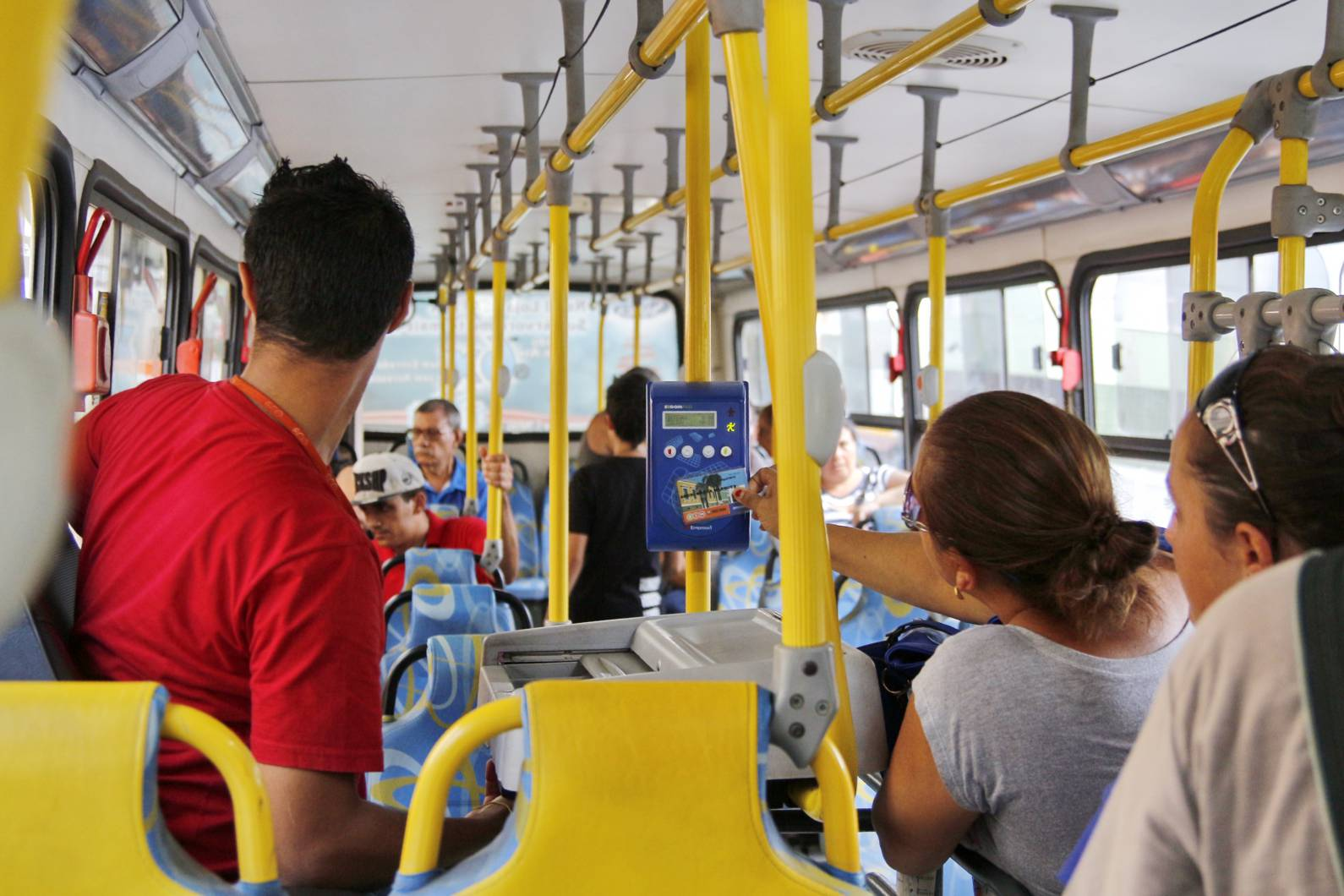 'Sem cobrador e só entra com o VEM', mudança causa polêmica em Pernambuco