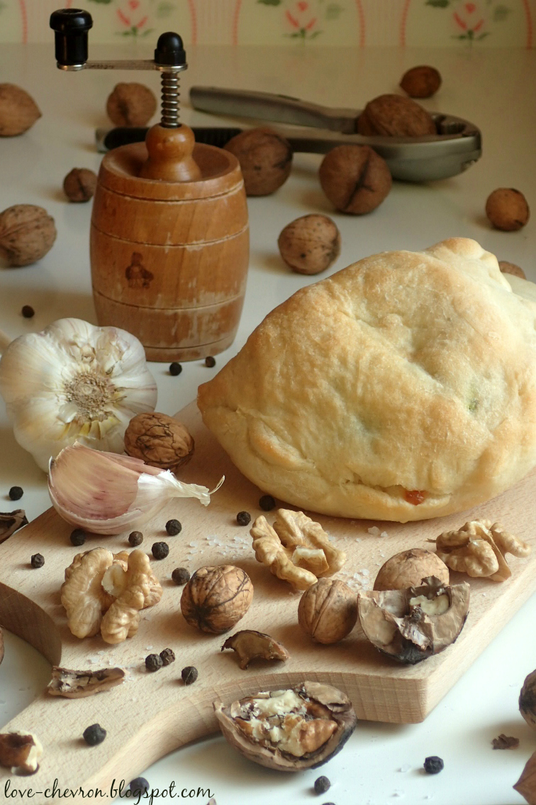 Calzone ze szpinakiem, orzechami i mozzarellą
