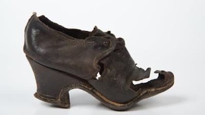 Sepatu Disembunyikan di Dinding Untuk Mengusir Penyihir?