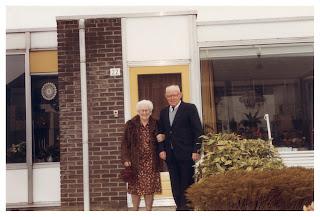 Op deze foto zien we mijn grootouders Fenna Johanna Gezina Holtkamp en Pieter Cornelis Willem Lasonder voor hun huis aan de Brookhuislanden 22. Ze wachten op een auto. Straks vind het feest plaats.
