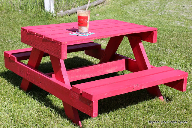 pallet picnic table, picnic, kids table, summer ideas, outdoor furniture, DIY, http://bec4-beyondthepicketfence.blogspot.com/2016/06/petite-pallet-picnic-table.html