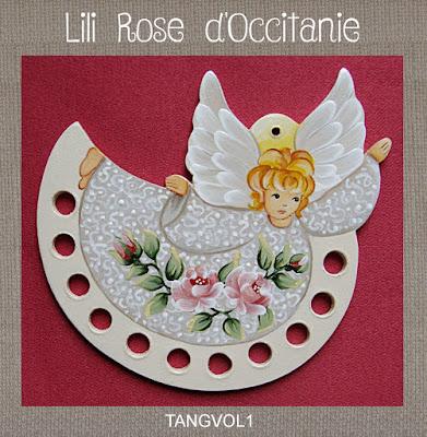 """Tri-fils bois peint """"Envol de l'ange"""" orné de roses. Broderie et point de croix"""
