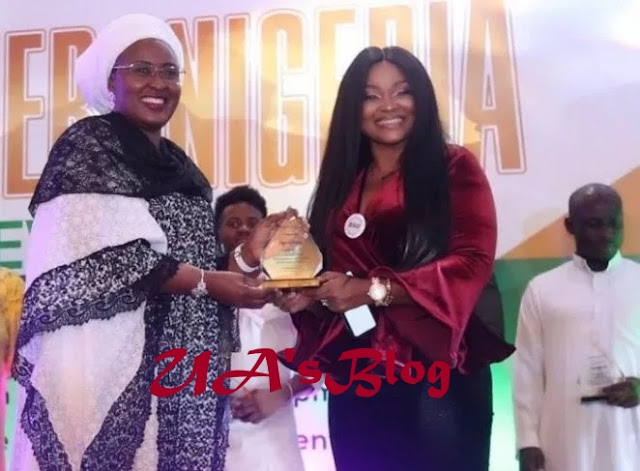 Aishat Buhari Presents Mercy Aigbe With An Award