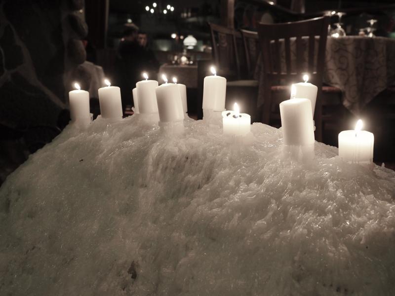 näyttävä kynttiläasetelma