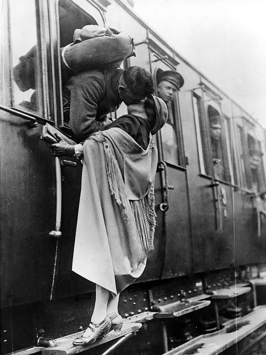 60 + 1 Heart-Warming Historical Pictures That Illustrate Love During War - US Soldier Tenderly Kissing His Girlfriend Goodbye Before Departing By Train, 1922