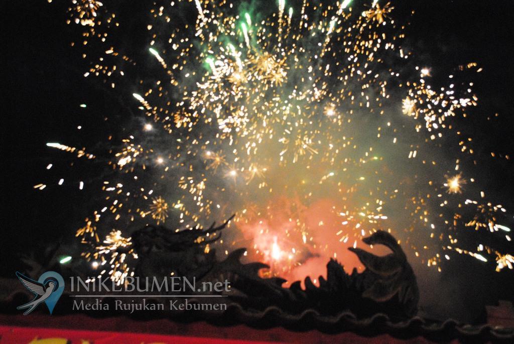 Pesta Kembang Api Meriahkan Malam Cap Go Meh di Kelenteng Kong Hwie Kiong Kebumen
