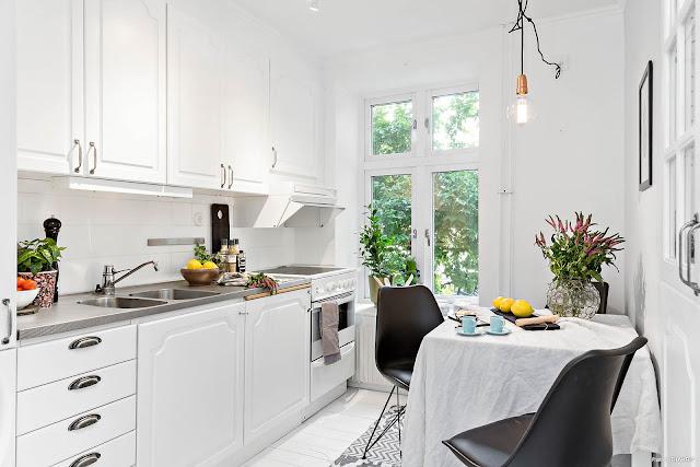 Accente delicate de culoare și motive florale într-un apartament de numai 36.5 m²