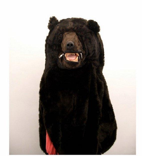 Un oso comiéndose una mujer cuando acampaba.