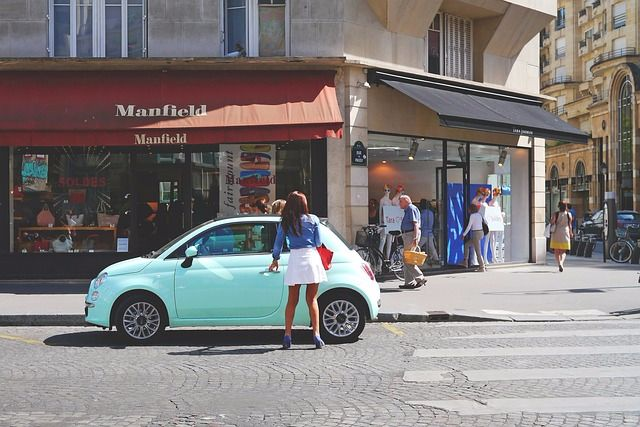 ライトブルーのフィアット500とパリジェンヌ