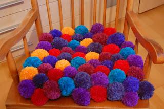Pompon Kissen selber machen