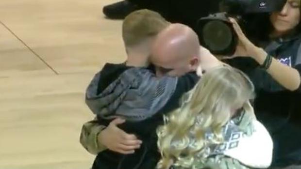 Padre regresa de Afganistán y sorprende a sus hijos
