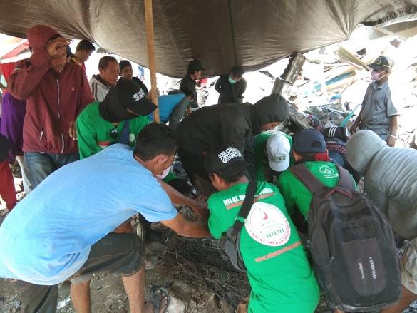 Relawan FPI Tak Kuasa Menahan Tangis Saat Evakuasi Korban Tsunami Palu