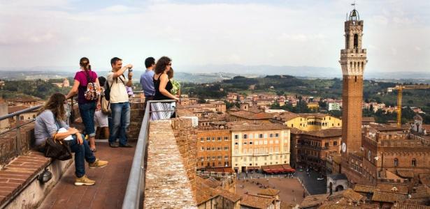 Turistas na Piazza del Campo em Siena