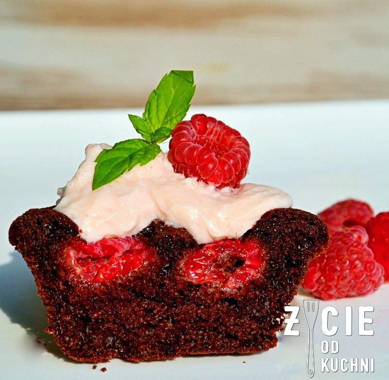 muffinka w przekroju, czekolada i maliny, czekoladowa muffinka, muffinka z malinami, czekoladowa muffinka z malinami, maliny, muffinki z kremem, malinowy krem, pyszne muffinki, piekny deser, czekoladowy deser, czekoladowe ciasto, pyszne muffinki, zycie od kuchni, muffinki z owocami