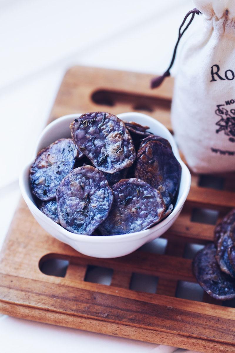 pieczone chipsy z fioletowych ziemniaków