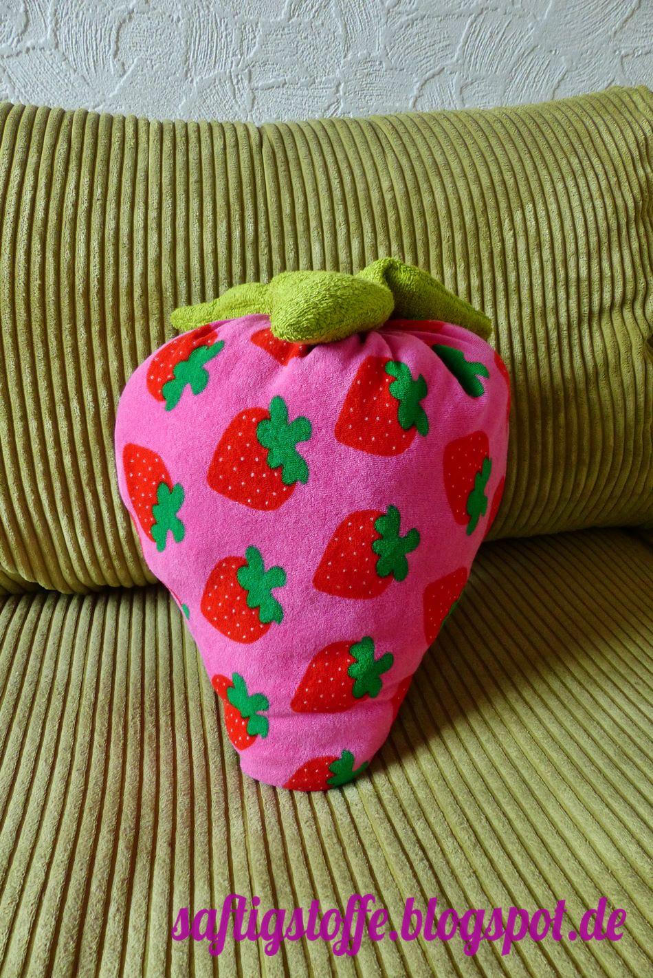 grosse, genähte Erdbeere aus Frottee.Stoff auf Sofa