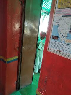 तनोट मन्दिर में रुमालों से पैसे चोरी करता  बुजुर्ग CCTV में हुवा कैद 2