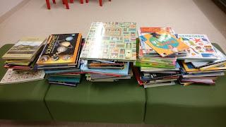 Bild på fem stora bokhögar med facklitteratur i olika ämnen, totalt nästan 100 böcker.