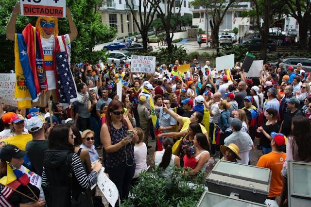 DIARIO LAS AMÉRICAS conversó con dirigentes y ciudadanos venezolanos que se congregaron en la avenida Brickell de Miami.