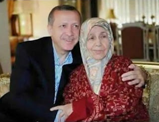 Erdoghan iyo hooyadiisa eeg hadalka dhexamaray