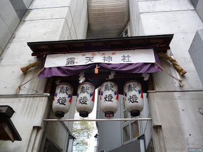 露天神社の裏門