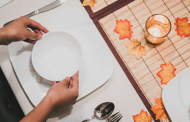 How to Have a Super Frugal Thanksgiving Dinner - 10 Simple Ways to Save Money on Thanksgiving Dinner. How to have a frugal Thanksgiving.  Low budget Thanksgiving. How to save money on Thanksgiving.  Thanksgiving made easy. Stress free Thanksgiving.