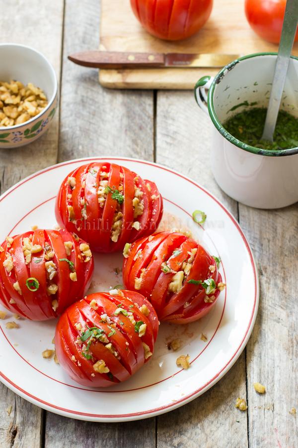 Egipska sałatka z pomidorów z orzechami włoskimi