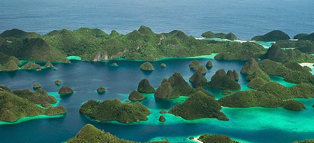 Gugusan Pulau di Raja Ampat Indonesia, pantai, gunung, wisata keluarga, candi, pemandangan, Tempat Wisata Terindah di Indonesia