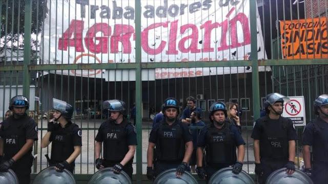 Ante represión, despedidos argentinos de Clarín anuncian huelga
