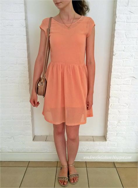 Brzoskwiniowa sukienka, beżowe sandały, torebka serce