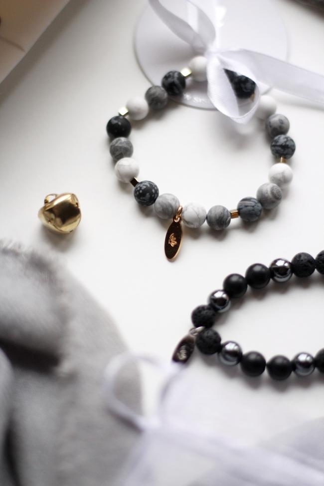 be1aa350688 Must võru koosneb oonüksi, hematiidi ja laavakivi pärlitest. Oonüks on  võitlejate kivi ja tugevdab elujõudu, leevendab hirme ja muresid. Hematiit  kaitseb ja ...