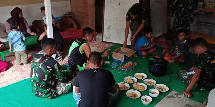 Anggota satgas TMMD ke 104 kodim 0417 /kerinci makan bersama di rumah masyarakat
