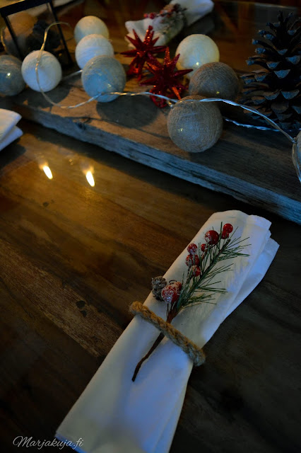 joulupöytä joulu koti kattaus rustiikkinen asetelma pallovalot