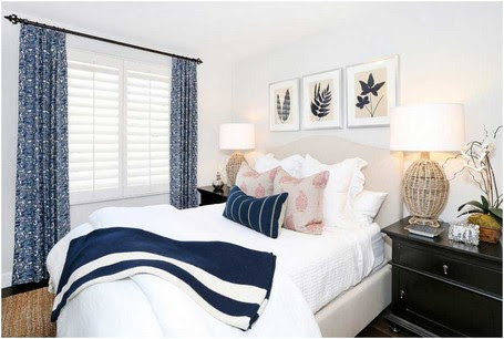 Strand-Stil-Gästezimmer-Renovierung-Kunst-über-gekrümmte-Kopfteil-und-Kissen-Stoff