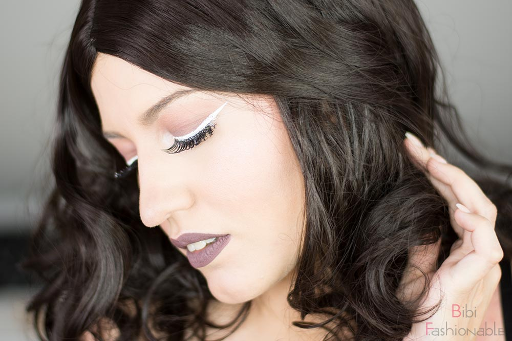 Nachgeschminkt Taupe Eyes and Lips with White Liner Blick nach unten