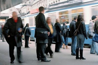 Καθημερινή ρουτίνα. Άνθρωποι σε σταθμό τρένου / Everyday routine, people at a station