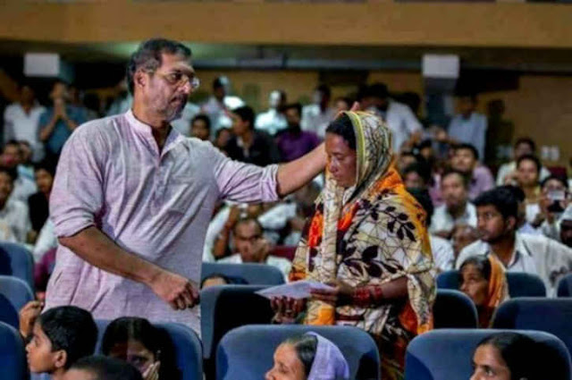 Nana Patekar donating Rs1500 to farmer widows