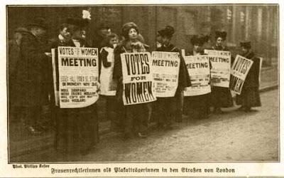 Frauenrechtlerinnen als Plakatträgerinnen in den Straßen von London