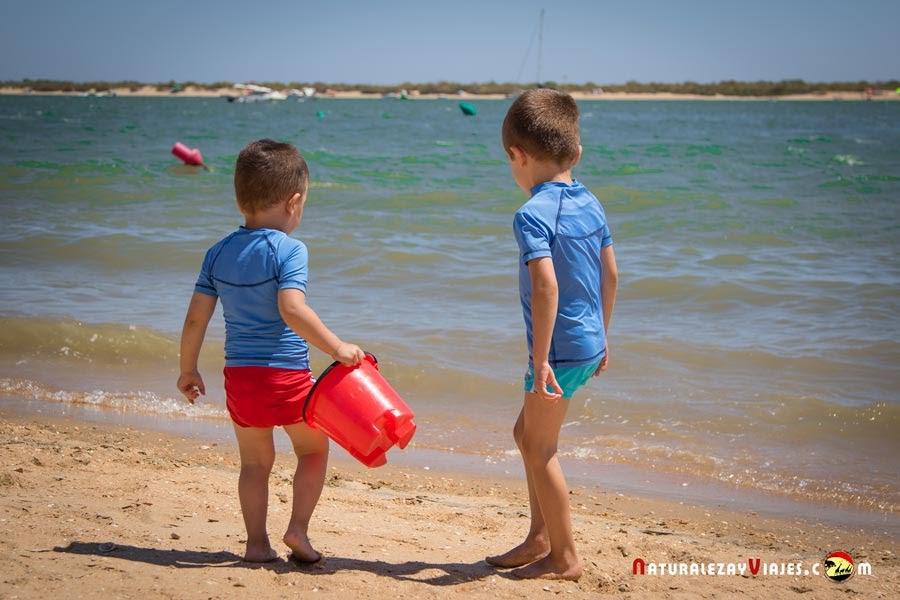 Niños en playa del Algarve