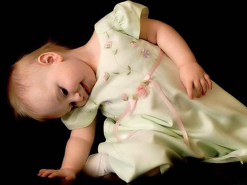 sevimli-bebek-playing-pic