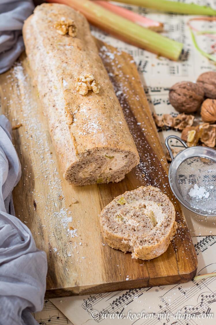 Walnuss-Biskuitrolle mit Rhabarberfüllung