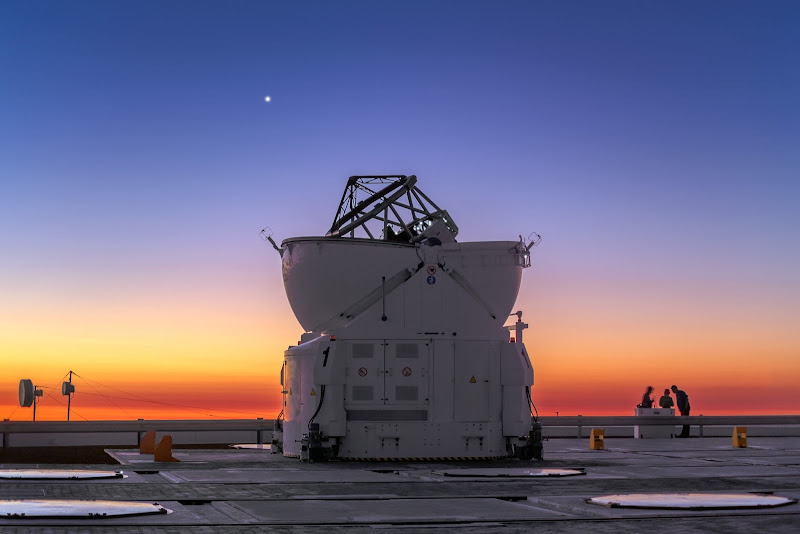 Sao Kim - Sao Hôm. Hành tinh Sao Kim phát sáng rực rỡ trên bầu trời Kính Thiên văn Rất lớn (VLT) thuộc Đài quan sát Nam Châu Âu ở miền bắc Chile. Trong hình là Auxiliary Telescope 1, bốn chiếc kính như vậy sẽ tạo thành một chuỗi kính thiên văn lớn ở đài quan sát. Hình ảnh: P. Horálek/ESO.