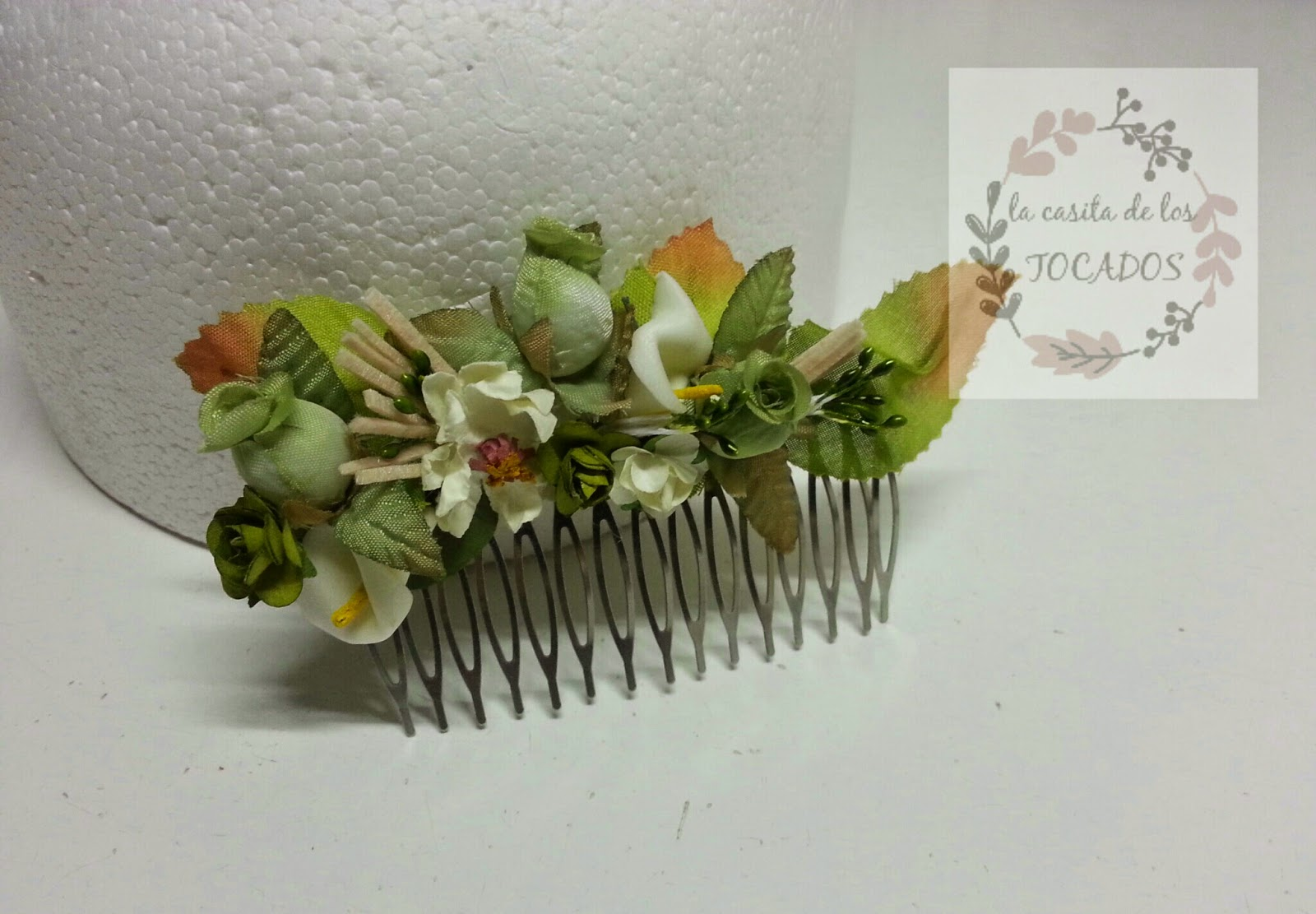 peineta en color verde con florecillas, hojas, calas y pistilos
