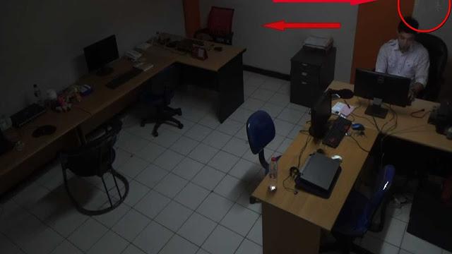 Apa Kamu Berani Nonton? Video Gerakan Gaib Saat Seorang Pegawai Lagi Lembur di Kantor