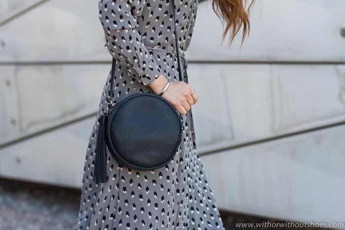 Bolso Bandolera redondo con pompón modelo Zoey de Gigi New York