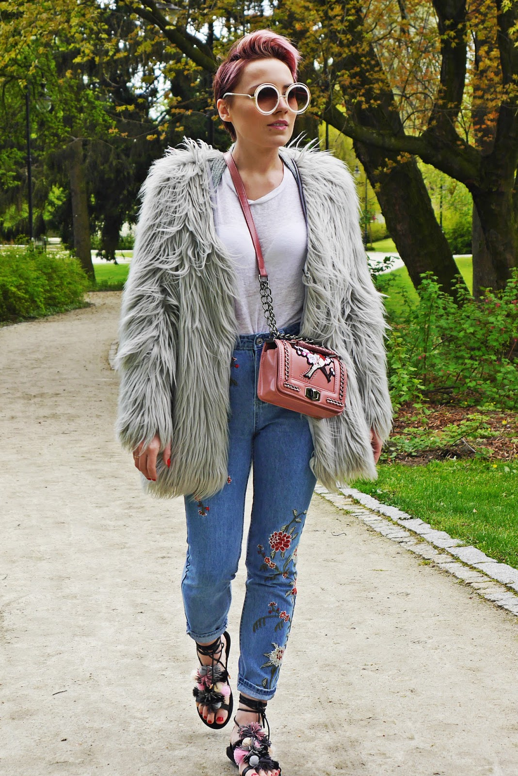 embriodered_denim_pants_topshop_ootd_karyn_blog_look_gray_fur_020517d