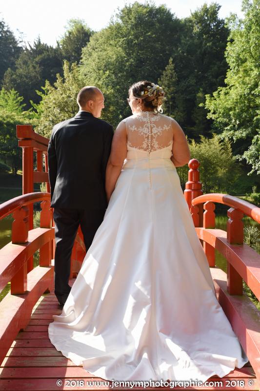 mariés de dos, photo mariés sur pont rouge oriental
