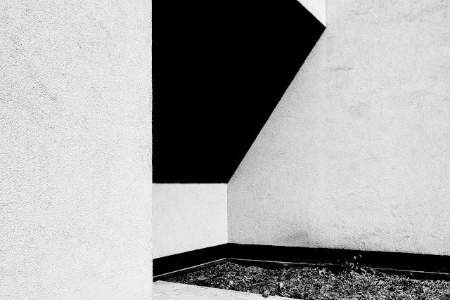 Fotografia odklejona. Kompozycja suprematyczna. Czarno-biała fotografia abstrakcyjna. fot. Łukasz Cyrus, Ruda Śląska